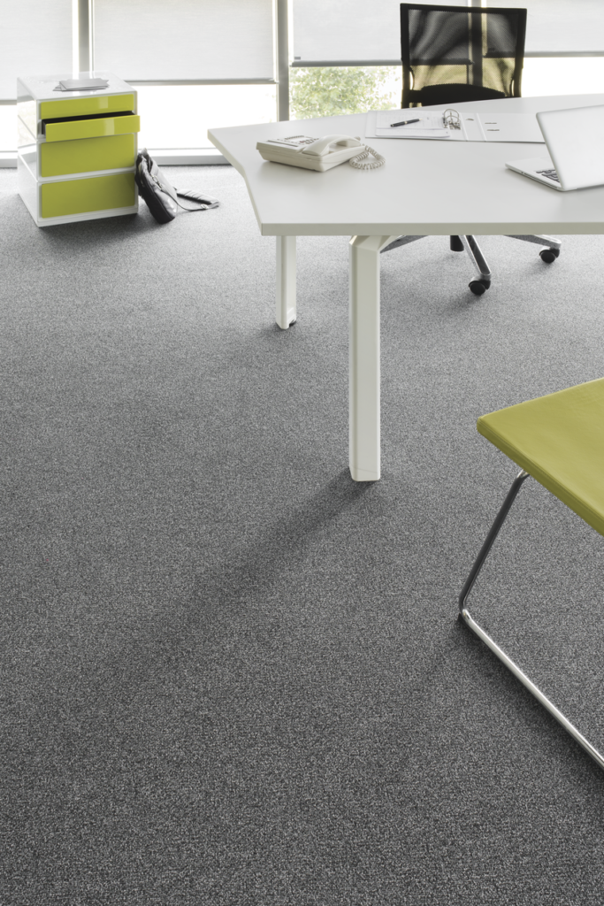 72 dpi 403q roomset carpet centaure deco 998 grey 2 683x1024 - Ковровое покрытие Balsan Centaure Deco 778