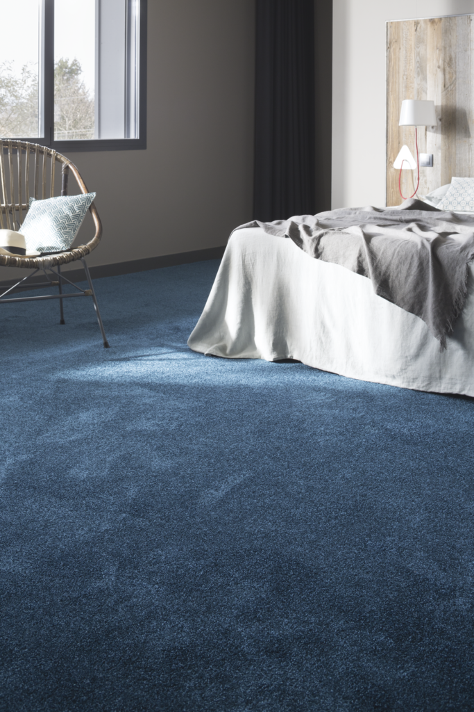 72 dpi 409t roomset carpet feelings 180 blue 2 683x1024 - Ковровое покрытие Balsan Feelings 140