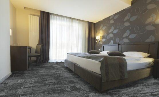 72 dpi 4a3u roomset carpet leon 990 grey 1 555x340 - Ковровое покрытие Balsan Leon 990