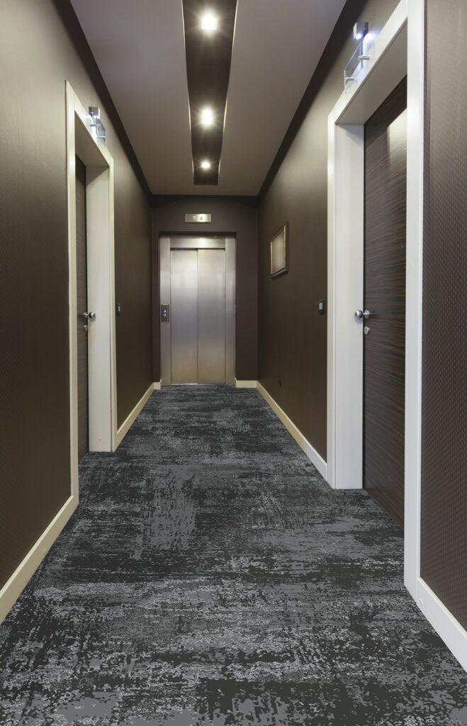 72 dpi 4a3u roomset carpet leon 990 grey 2 659x1024 - Ковровое покрытие Balsan Leon 990